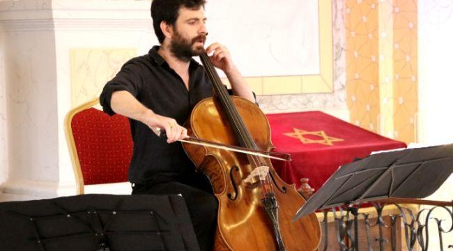 Sinagog'ta viyolonsel konseri