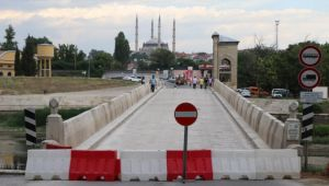 Tarihi köprü trafiğe kapatıldı