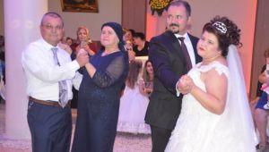 Kızlarını temsili düğün ile mutlu ettiler