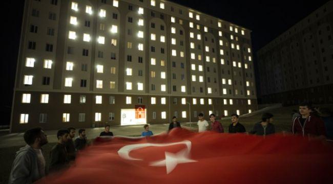 Yurtta kalan öğrencilerden Mehmetçik'e ışıklı destek