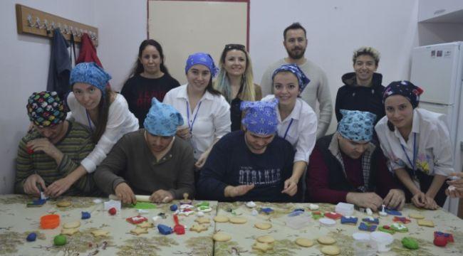 Üniversitelilerden çocuklara kurabiye