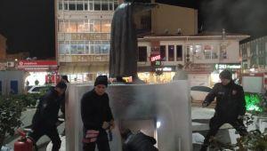 Atatürk heykeli alanında çıkan yangın söndürüldü