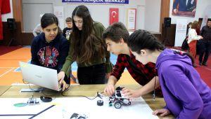 Öğrenciler tasarladıkları robotları sergiledi