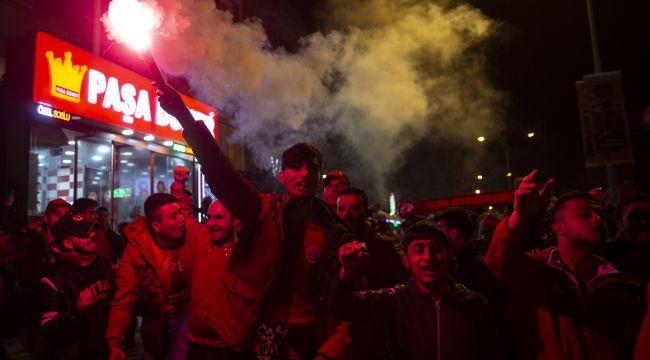 Galatasaray taraftarları Fenerbahçe galibiyetini kutladı