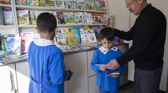 Muhtar çocukları okumaya teşvik ediyor