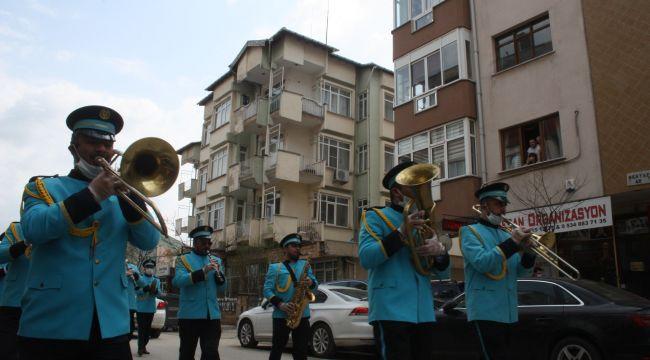 Bando takımı sokakta marşlar çaldı, doğum günü kutladı