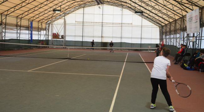 Öğrenciler tenis kortunda mücadele etti