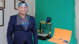 Yaptığı 3D yazıcı ile gözlük üretti