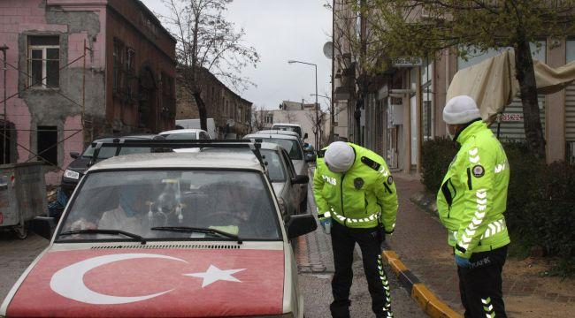 Araçları durduran polis, sürücülere yolculuk nedenini soruyor