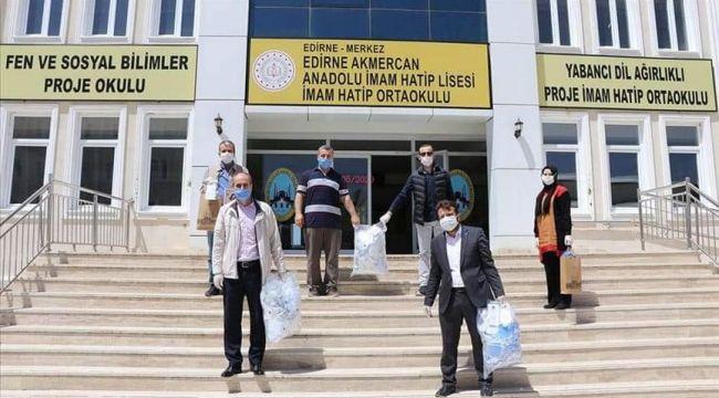 Öğretmenler kapı kapı dolaşarak maske dağıtıyor