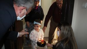 Sağlık çalışanı anneden kızına doğum günü sürprizi