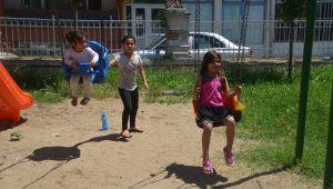 Çocuklar parklarda vakit geçirdi