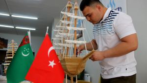 Türkmen öğrenci yaptığı maket gemilerle eğitim masraflarını karşılıyor