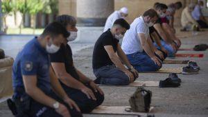 Selimiye'de Sosyal mesafeli cuma namazı