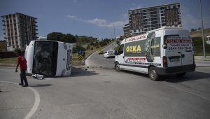 servis midibüsü ile panelvan çarpıştı: 4 yaralı