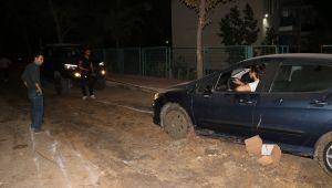 Çamura saplanan otomobil kurtarıldı