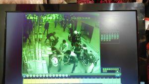 Polise saldırı güvenlik kamerasında