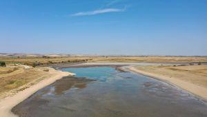 Suyu çekilen gölete balıklar için su takviyesi