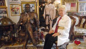 Gönlündeki Atatürk'ü evinin başköşesine taşıdı