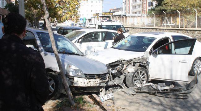 Kontrolünü kaybeden sürücü Park halindeki araçlara çarptı