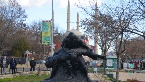 Saraçlara güreşen pehlivanlar heykeli