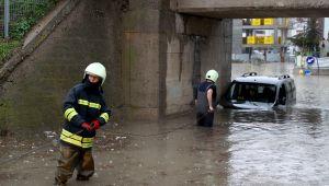 Suya gömülen aracı itfaiye kurtardı