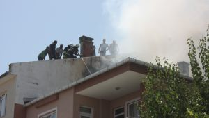 Çatısı yanan bina korkuttu