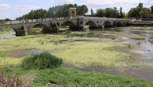 Su seviyesi düşen nehirlerde adacıklar oluştu