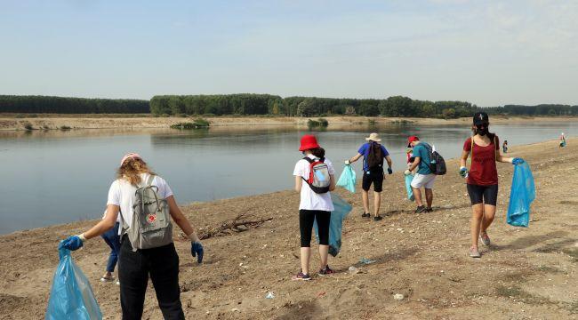 Meriç Nehri kenarında çevre temizliği