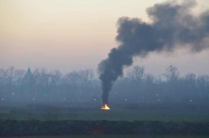 Ateşi çevreye, dumanı insana zarar verdi